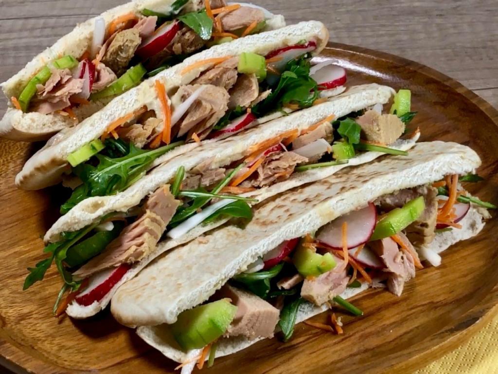 Pita chlieb s tuniakom a šalátom