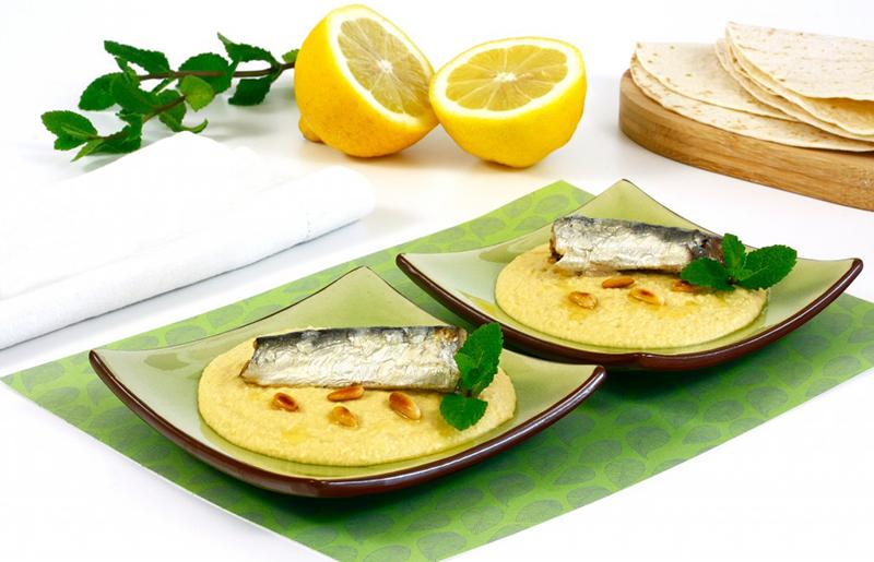 Hummus smarinovanými sardinkami